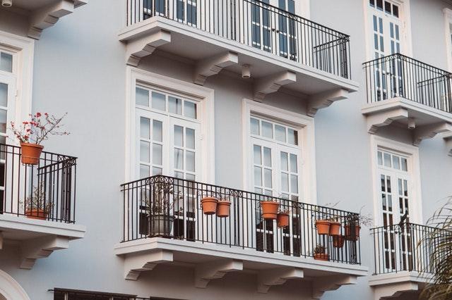 Ett flerfamiljshus med balkonger