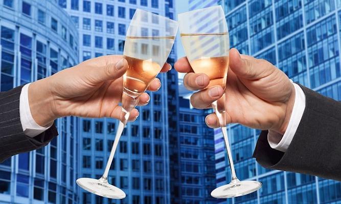 Män skålar med champagne